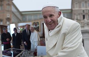 Papieżotrzymał prezent od premiera Francji. To koszulka LeoMessiego.