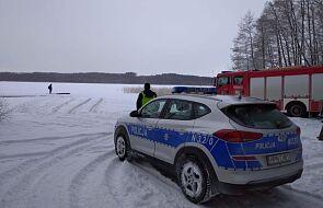 Wjechał samochodem na zamarznięte jezioro i pękł pod nim lód. Policja przestrzega