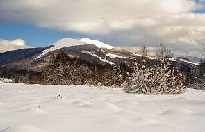 Pogoda w Bieszczadach sprzyja narciarzom; turyści przestrzegają obostrzeń sanitarnych