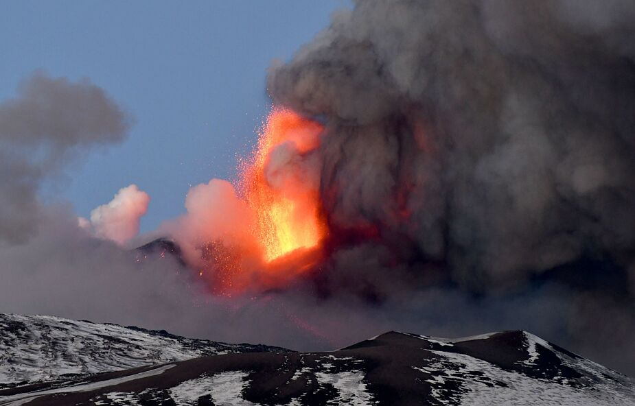 Widowiskowa erupcja Etny na Sycylii