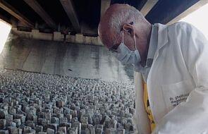 Zdjęcie tego księdza obiegło cały świat. Co robił z młotem pod mostem?