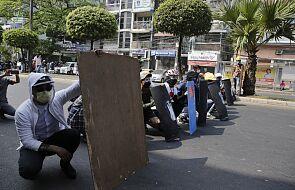 W Birmie trwają starcia demonstrantów z policją; w Munywie zginęła kobieta