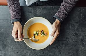 Właściciel restauracji pomaga niepełnosprawnym. Zawozi im zupy