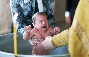 Zmarła dziewczynka, która zachłysnęła się wodą w czasie chrztu.  Wierni domagają się zmian