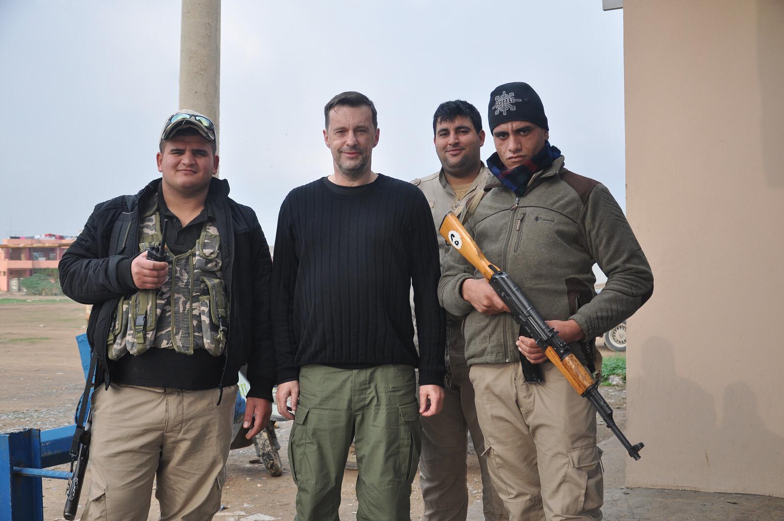 Witold Gadowski z żołnierzami NPU, Irak