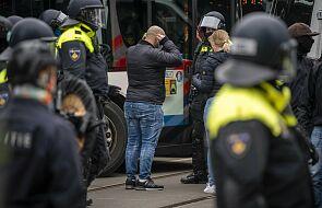 Holandia. Armatki wodne i policjanci na koniach przeciwko protestującym