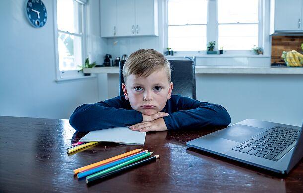 """Dzieci i młodzież są ofiarami """"zdalnego nauczania"""""""