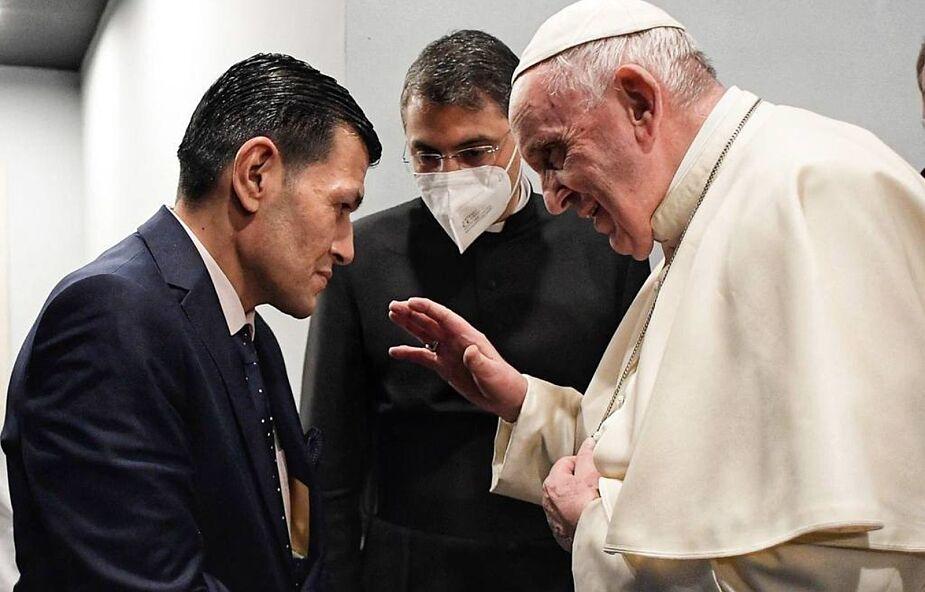 Papież spotkał się z mężczyzną, którego żona i dwoje synów zginęli w drodze do Europy