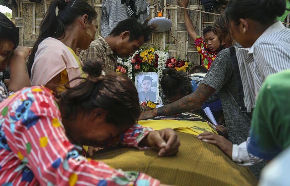 Co najmniej 543 cywilów, w tym 44 nieletnich, zabitych od czasu zamachu stanu w Birmie
