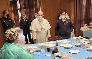 Papież odwiedził bezdomnych oczekujących na szczepienia