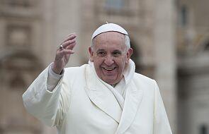 Papież w swoje imieniny odwiedził potrzebujących czekających na szczepienie