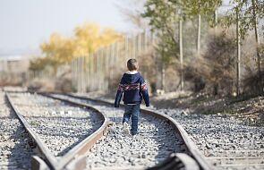 Indyjski pracownik kolei rzucił się na tory, by uratować dziecko