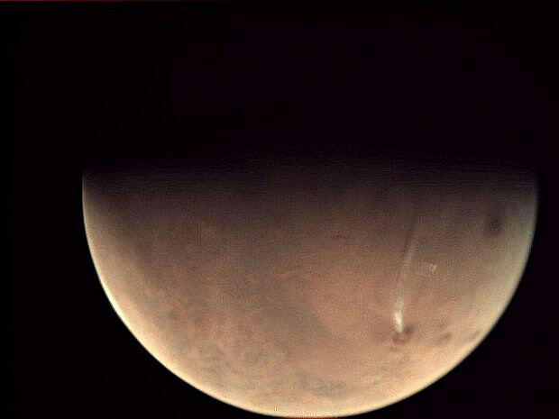 fot. NASA / długa chmura kryształków lodu unosi się na powierzchnią Marsa