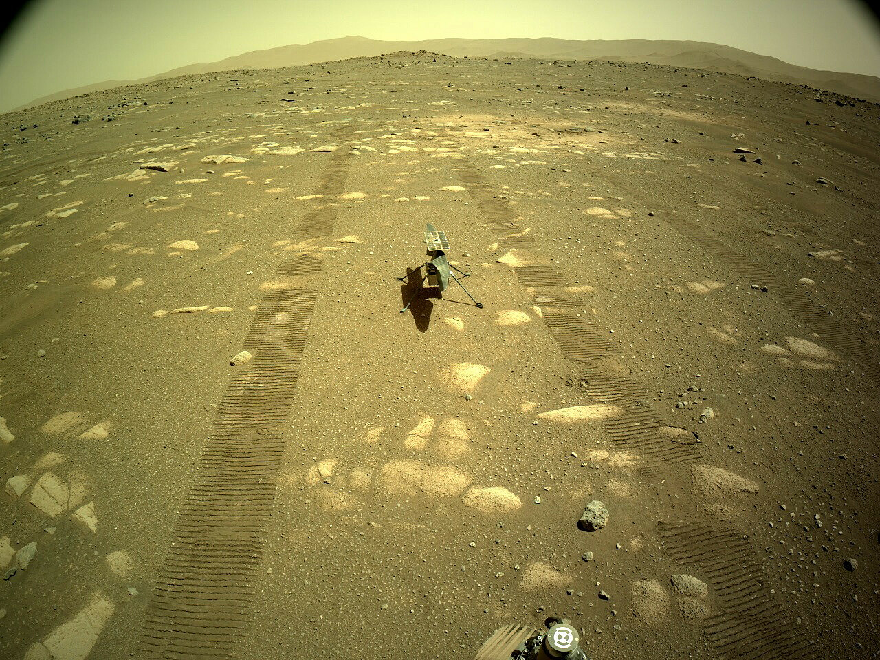 fot. PAP/EPA/NASA/JPL-Caltech HANDOUT / Helikopter Ingenuity na powierzchni Marsa