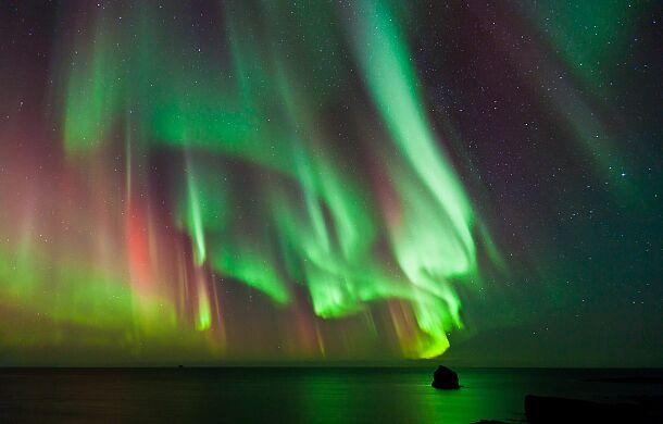 Na wideo z zorzą polarną naukowcy zobaczyli coś, czego nie potrafią wytłumaczyć