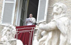 """Papież modli się na różańcu za zmarłych na koronawirusa - rozpoczął się """"maraton modlitewny """" o ustanie pandemii"""