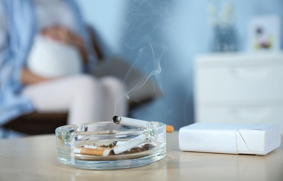 Każda ilość dymu z papierosa szkodzi kobiecie w ciąży