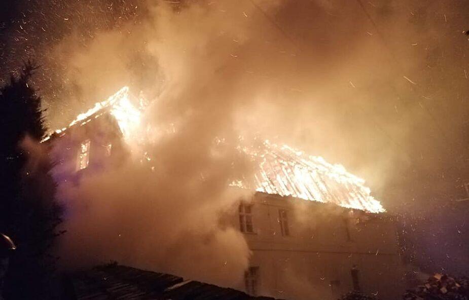W nocy w budynku plebanii wybuchł pożar. Proboszcz trafił do szpitala na obserwację