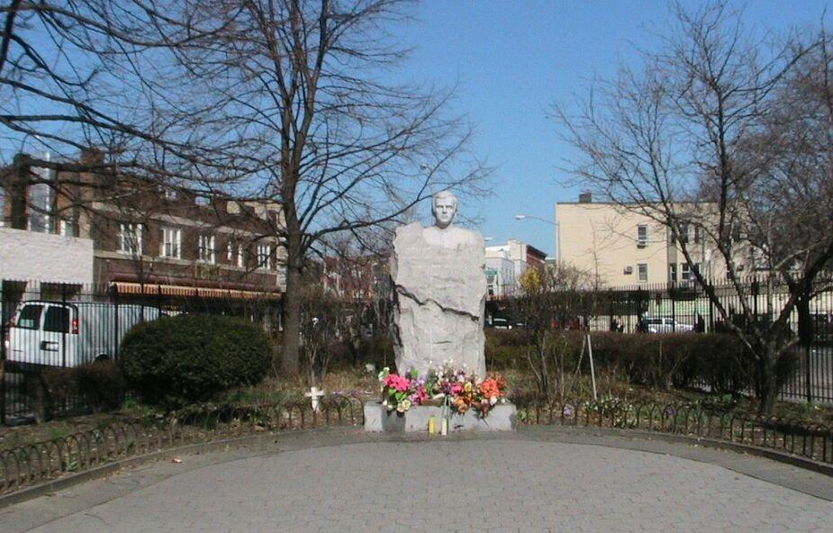 Zdewastowano pomnik księdza Popiełuszki; na głowę założono worek ze śmieciami
