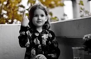 Wzruszające nagranie. Dziewczynka opowiada Księgę Rodzaju w języku migowym