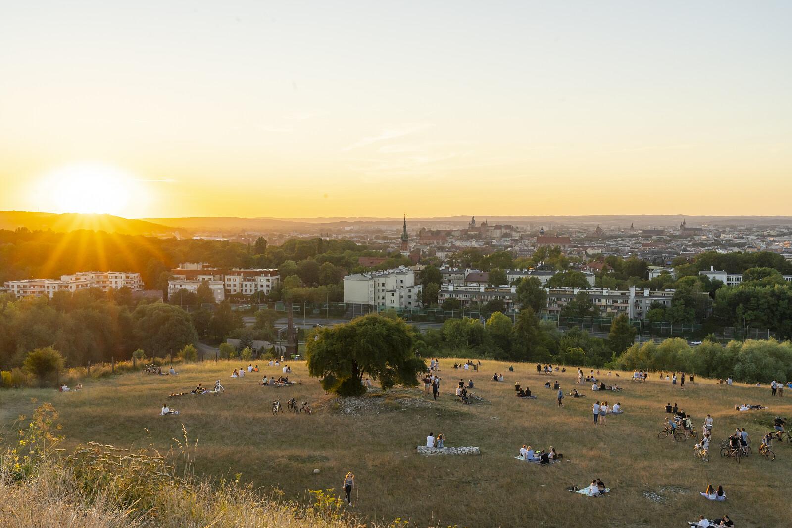 Kraków o zachodzie słońca. Widok spod kopca Krakusa (fot. chrispictures / depostphotos.com)