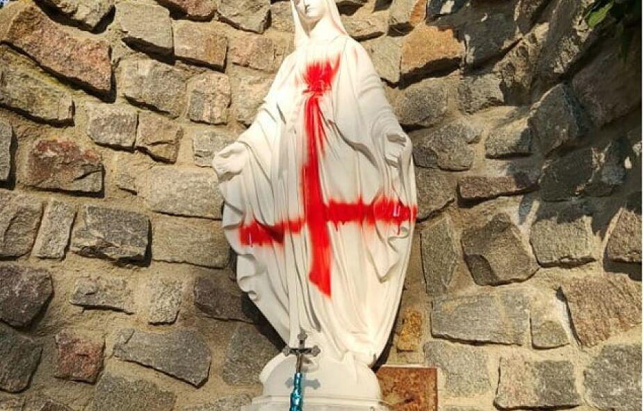 Profanacja figur przed kościołem w Szczecinie. Trwa dochodzenie w sprawie