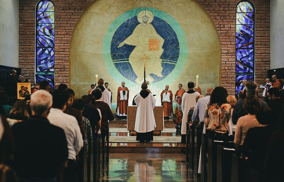 Dlaczego msza on-line nie zastąpi Eucharystii w kościele? Odpowiadają filozof i liturgista