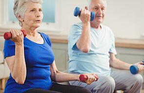 """Regularnie ćwiczący seniorzy mogą """"odmłodzić"""" się aż o 10 lat"""