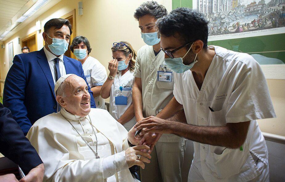 Watykan. Papież Franciszek pozostanie dłużej w Klinice Gemelli