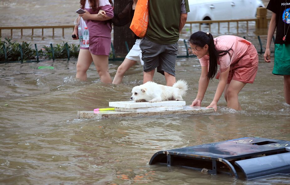Gigantyczna powódź w Chinach: 18 zabitych, setki tysięcy ewakuowanych