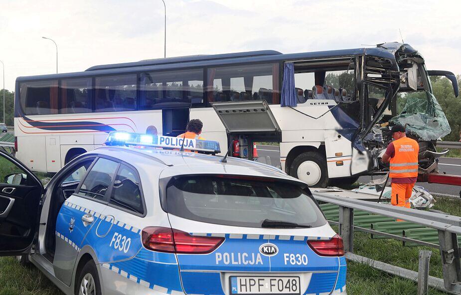 Autobus przewożący dzieci zderzył się z ciężarówką. Są ranni