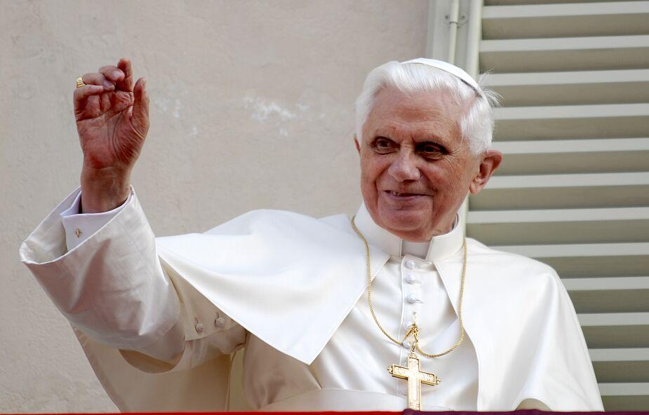 Benedykt XVI modli się za Franciszka