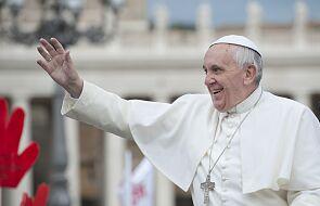 Papież pozdrowił pielgrzymów obecnych na placu św. Piotra