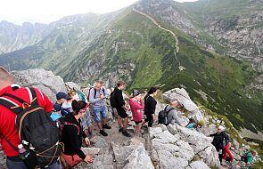 """Kolejki turystów pod tatrzańskimi szczytami. """"To rekordowy miesiąc"""""""