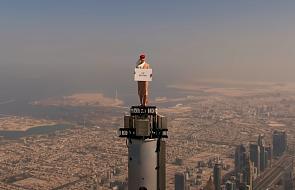 To wydarzyło się naprawdę. Postawili kobietę na szczycie Burj Khalifa