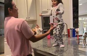 Mała Emma tańczy ze swoim tatą. Wideo stało się prawdziwym viralem