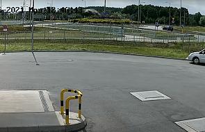 Przeleciał samochodem nad rondem. Dramatyczne nagranie wideo