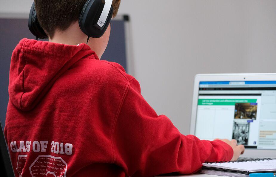 Nauczanie zdalne źle wpływa na uczniów w sferze emocjonalnej, edukacyjnej i społecznej