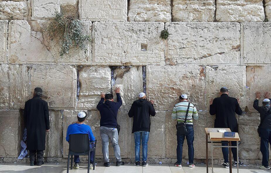 Ze Ściany Płaczu usunięto modlitewne kartki. Będą zakopane na cmentarzu na Górze Oliwnej