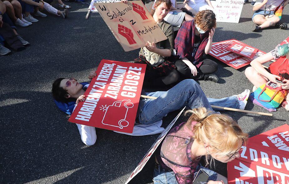 Warszawa. Protest medyków dotarł przed kancelarię premiera