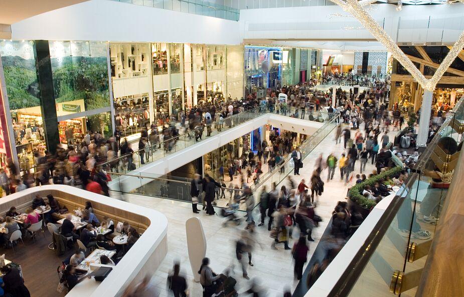 Małe sklepy upadają. Polacy wolą robić zakupy w dyskontach