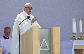 """Papieska msza w sanktuarium maryjnym w Szasztinie. """"Wiara nie może być cukrem osładzającym życie"""""""