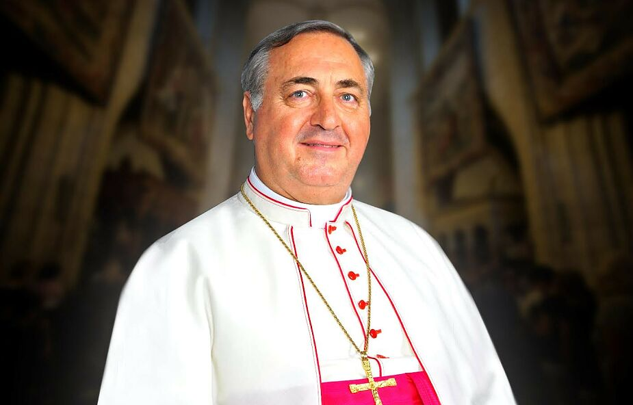 Abp Pennacchio: nieść krzyż to trzymać się mocno Pana Jezusa, także wtedy, kiedy to niemodne