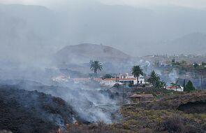 Po wybuchu wulkanu lawa wlewa się do domów. Ludzie uciekają z dobytkiem