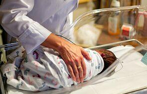 Kobieta rodziła przed szpitalem. Poród odebrał policjant