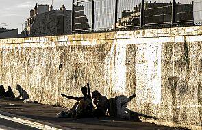 """Francja: """"ściana wstydu"""". Mur oddzielił stolicę od biednego przedmieścia"""