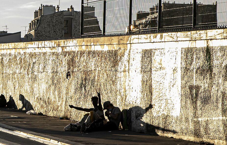 """Francja: """"ściana wstydu"""". Mur oddzielił Paryż od biednego przedmieścia"""