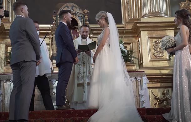 Ksiądz zaśpiewał wzruszający utwór dla pary młodej. Młodzi nie kryli wzruszenia [MUZYKA]