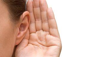 Szybszy rozwój słuchu, mowy i języka widoczny jest u dzieci, które poddano wczesnej operacji